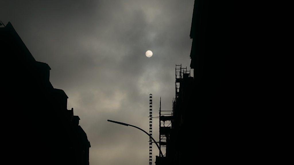 Wolken über der Straße