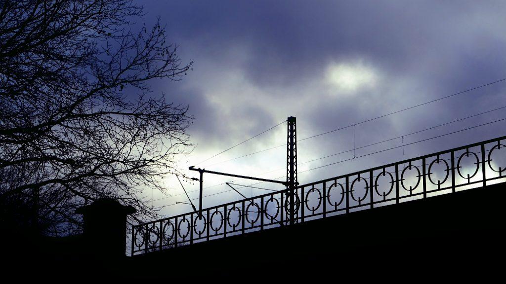 Wolken über einer Bahnstrecke. Von Karl Ludger Menke
