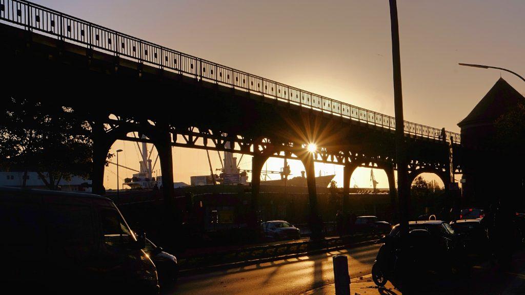 U-Bahn-Brücke im Sonnenuntergang